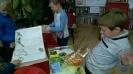 Uczniowie II b w bibliotece miejskiej